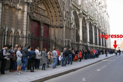 Fila per l'ingresso alle torri di Notre Dame prima dell'introduzione della prenotazione