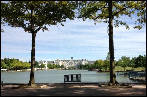 L'hotel Newport visto dalla sponda opposta del lago Disney