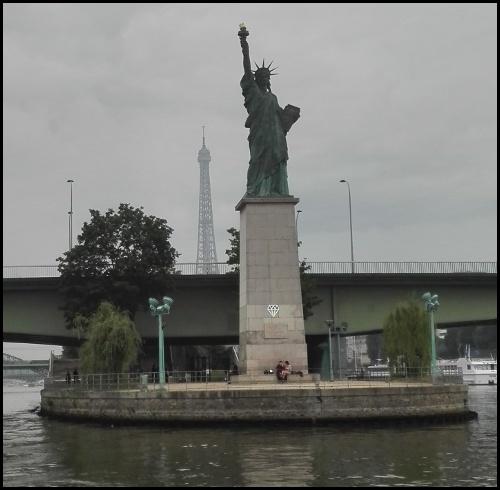 La statua della Libertà e la torre Eiffel viste dal Bateaux Mouches