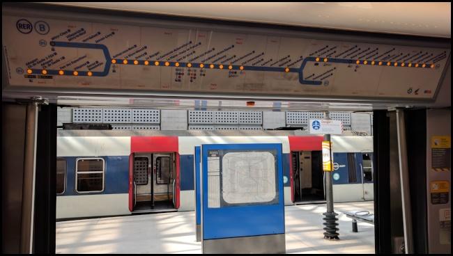 La mappa della linea del RER B: le luci accese a fianco dei nomi delle stazioni indicano quelle che saranno servite lungo il percorso