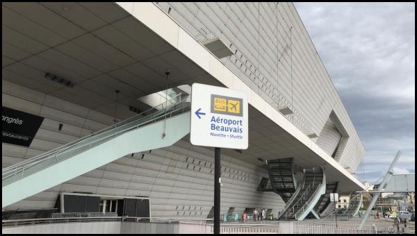 Uno dei tanti cartelli che indicano il percorso da seguire verso la stazione dei bus di Porte Maillot. Sullo sfondo il Palais des Congrès