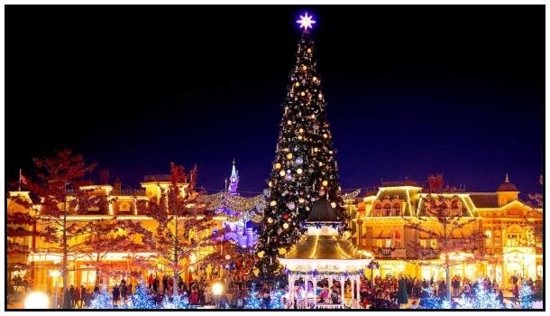 L'albero di Natale su Main Street, con sullo sfondo il castello della Bella Addormentata