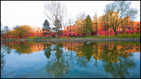 Vista dell'hotel Santa Fe dall'altro lato del Rio Grande