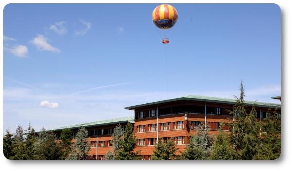 L'hotel Sequoia Lodge e la mongolfiera del Disney Village