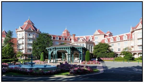 Ingresso principale e ala Est del Disneyland hotel