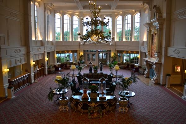 La hall del Disneyland hotel vista dalla scalinata