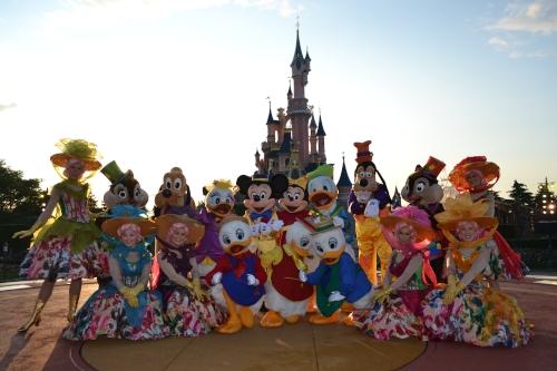 Personaggi Disney in posa sotto il castello della Bella Addormentata